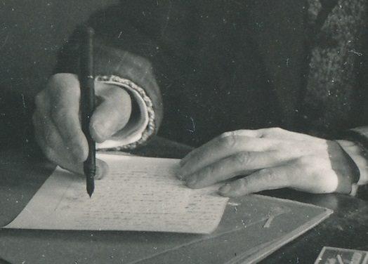 Husserl escribe con pluma fuente.jpg
